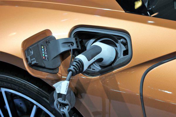 Tres de cada diez conductores españoles compraría un coche eléctrico