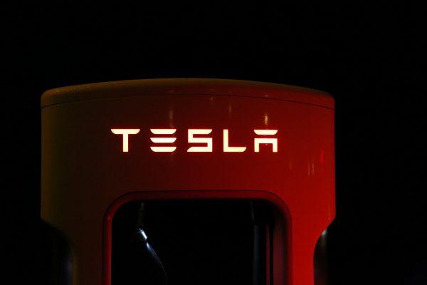 Tesla estrena supercargador: 120 km en 5 minutos