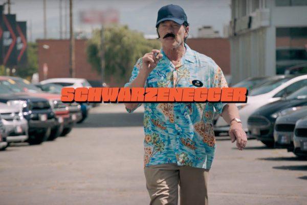Schwarzenegger disfrazado de vendedor para gastar una broma a compradores de coches eléctricos